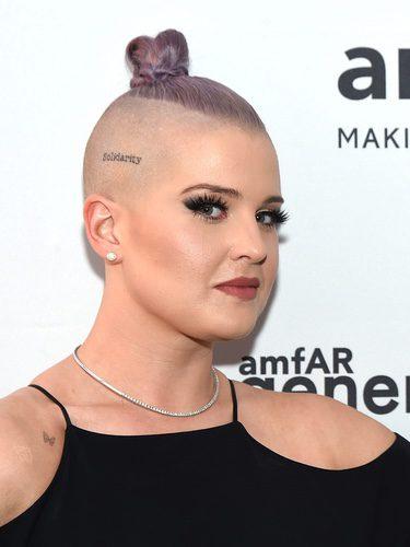 Kelly Osbourne con el pelo rapado y teñido de morado