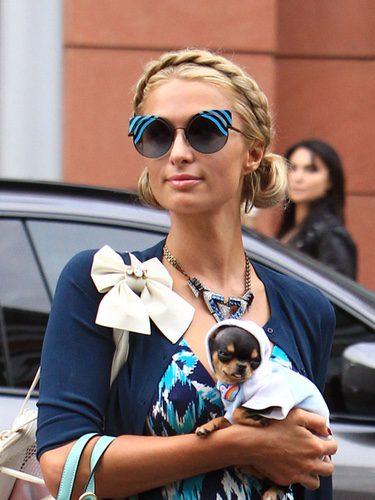 Paris Hilton con una trenza de corona y dos moños bajos