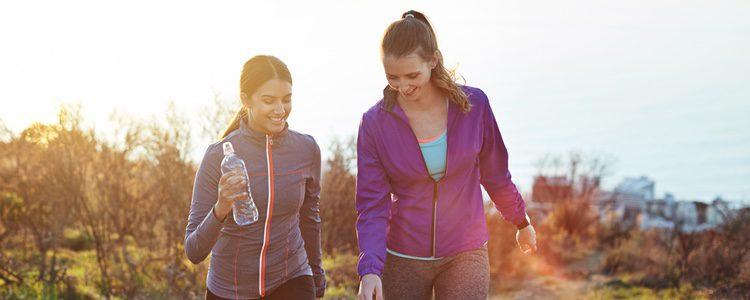Caminar es un actividad que puede ser muy beneficiosa para tu salud
