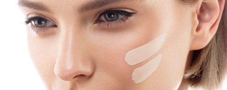 Coloca una buena base de maquillaje que cubra las marcas rojas del frío en tu piel