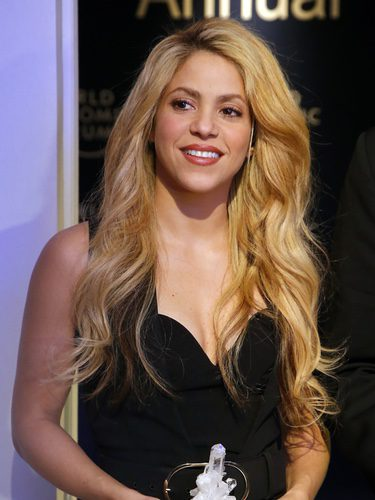 Shakira ondula su cabello para un efecto voluminoso