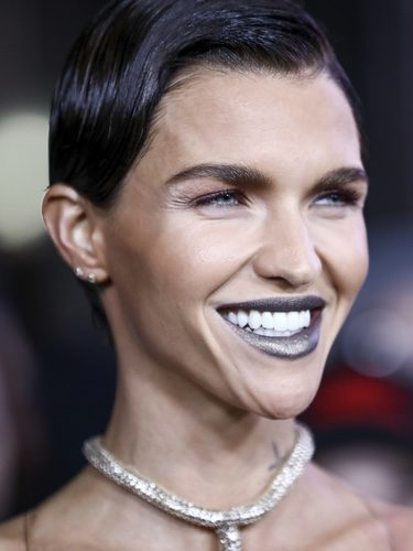 Ruby Rose con un labial metálico