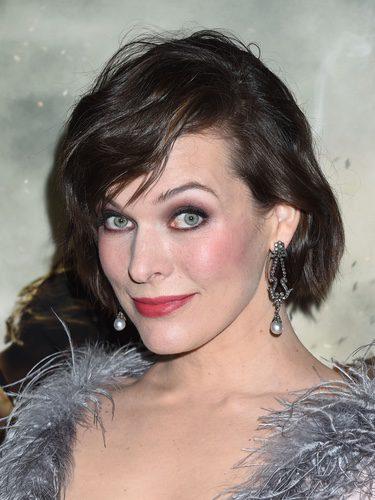 Milla Jovovich luce un maquillaje en tonos rojizos