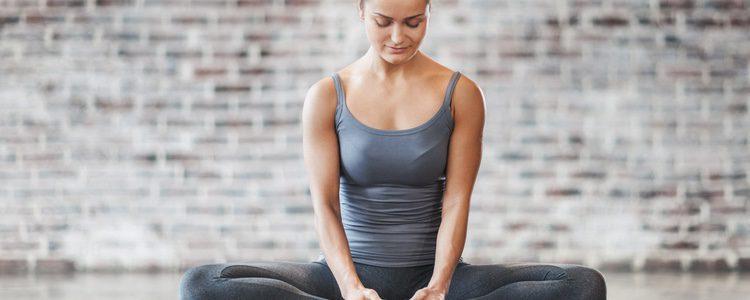 El yoga mejora la flexibilidad y es muy bueno para personas mayores