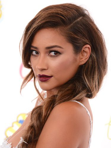 Shay Mitchell con una voluminosa trenza lateral