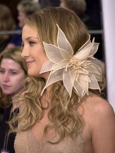 Kate Hudson con una gran flor en el pelo