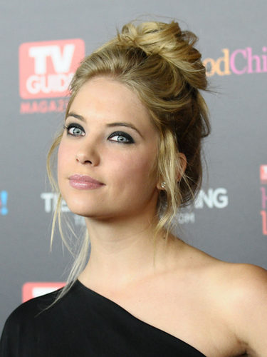 Ashley Benson domina el estilo messy con un moño alto
