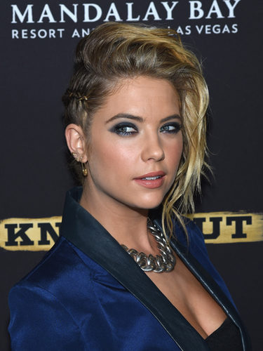 Ashley Benson con un look atrevido de trenzas de raíz