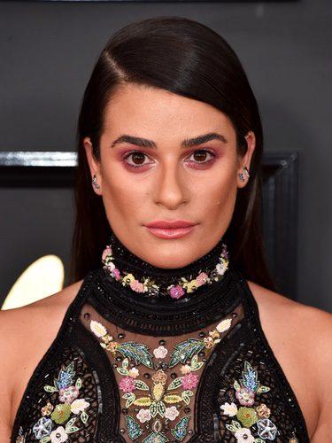 Lea Michele con un maquillaje que le da cara de cansada