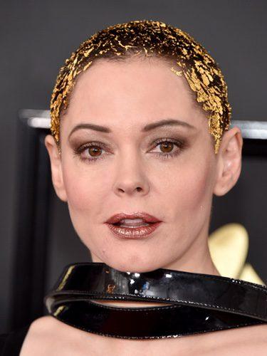 Rose McGowan con papel dorado en el pelo