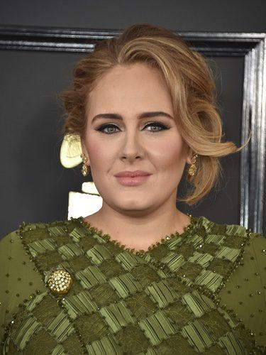 Adele con un recogido despeinado