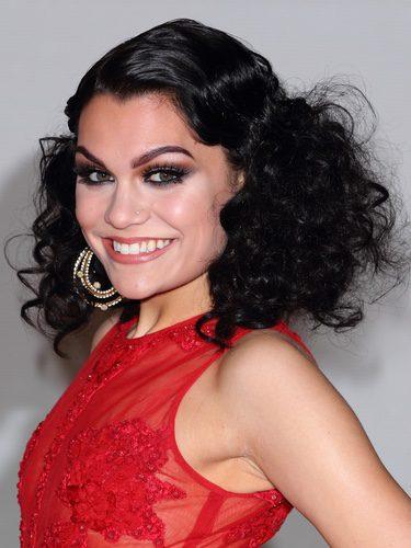 Jessie J con un peinado de rizos encrespados