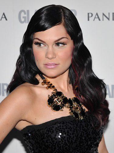 Jessie J con el cabello suelto y de aspecto rígido
