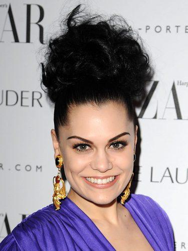 Jessie J con un moño alto de rizos
