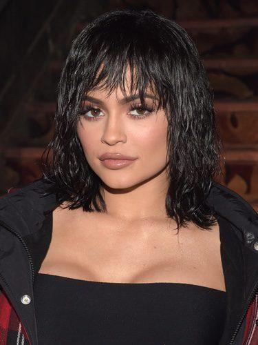 Kylie Jenner con el cabello efecto mojado