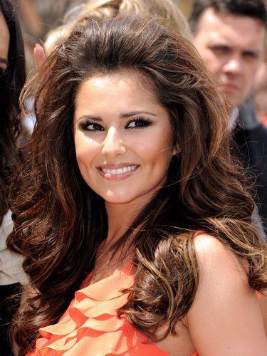 Cheryl Cole peina su cabello cardado hacia atrás