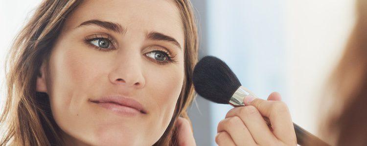 Aplícate polvos de maquillaje que matifiquen tu piel