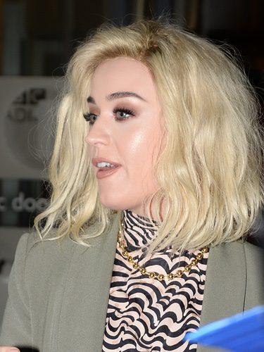 Katy Perry coloca mal su peluca