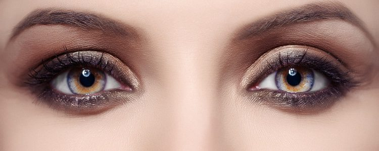 Podemos ayudarnos de una cuchara para que el maquillaje de ojos quede perfecto
