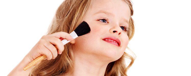 Podéis dejar a vuestra hija maquillarse sola, siempre con supervisión