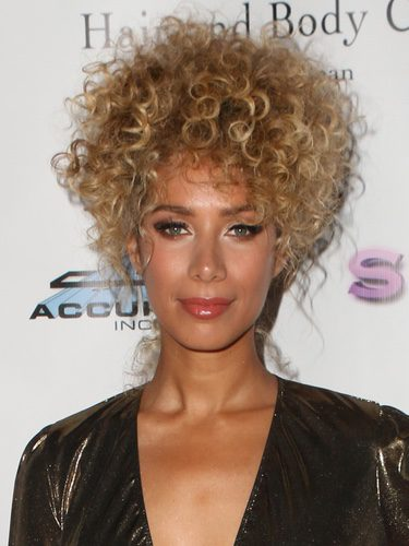 Leona Lewis con una melena rizada rubia