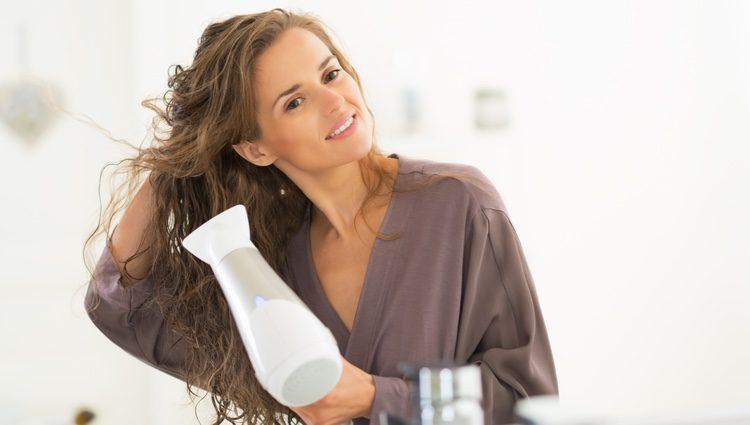 Hay que cuidar el cabello del calor de los secadores o planchas