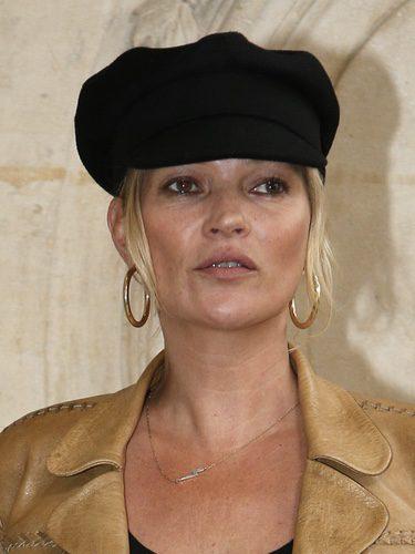 Kate Moss luce una boina en interiores