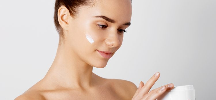 La hidratación de la piel es fundamental para fomentar el crecimiento de las cejas
