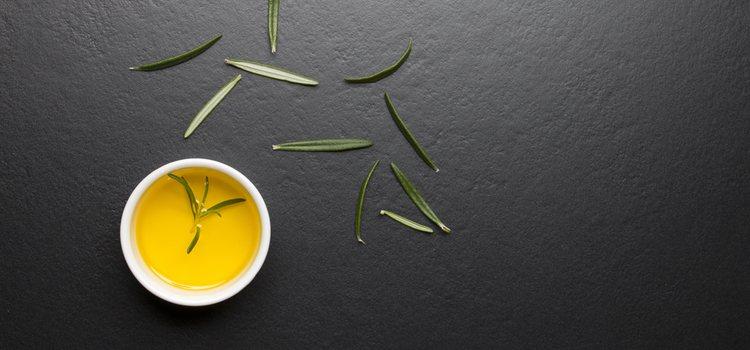 El aceite de oliva tiene multitud de propiedades beneficiosas para tus cejas