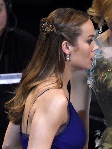 Brie Larson con accesorio joya
