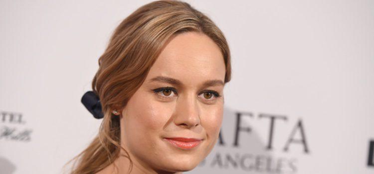 Brie Larson con semirecogido adornado con lazo