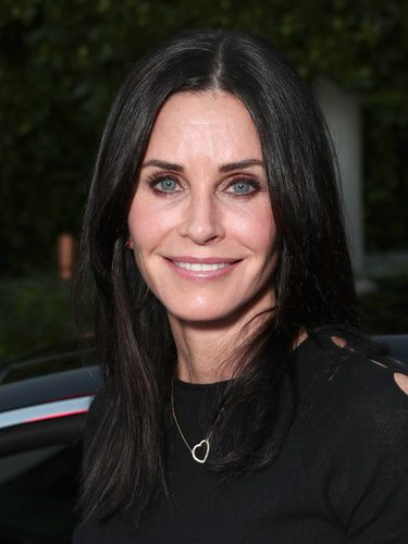 Courteney Cox natural con una mirada colorida