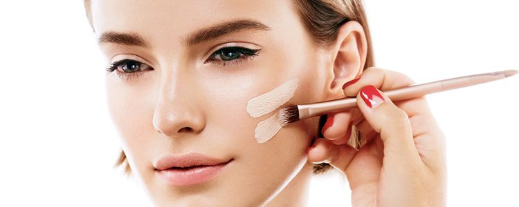 Aplícate la base de maquillaje uniformemente