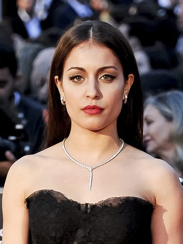 Hiba Abouk con elegante melena extra lisa