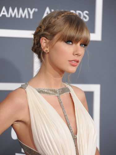 Taylor Swift con un recogido de inspiración helénica