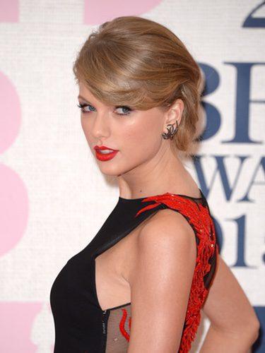 Taylor Swift con un elegante moño bajo