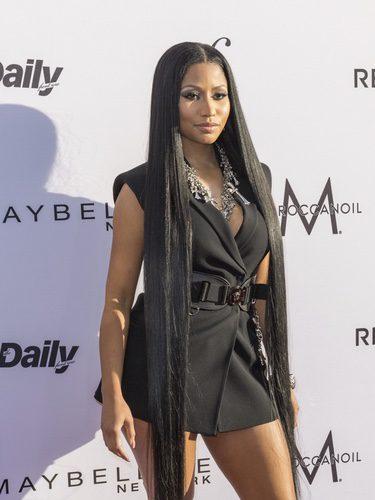 Nicki Minaj con el pelo casi por el suelo