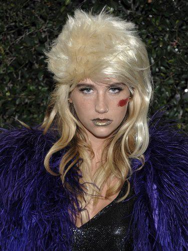 La cantante Kesha con peluca