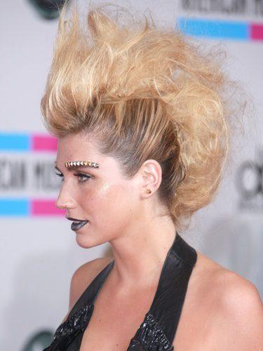 La cantante Kesha con falsa cresta