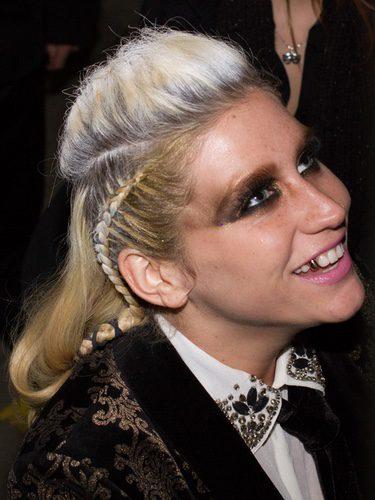 La cantante Kesha con un peinado muy extravagante