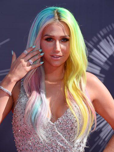 La cantante Kesha con melena multicolor