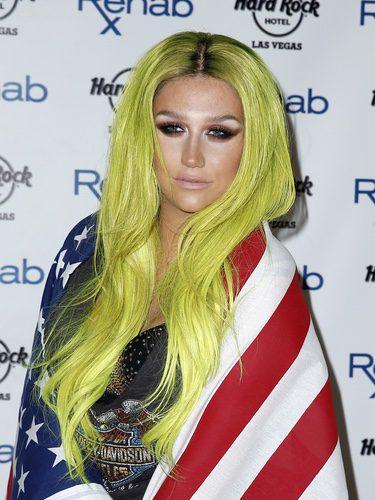 La cantante Kesha con el pelo flúor