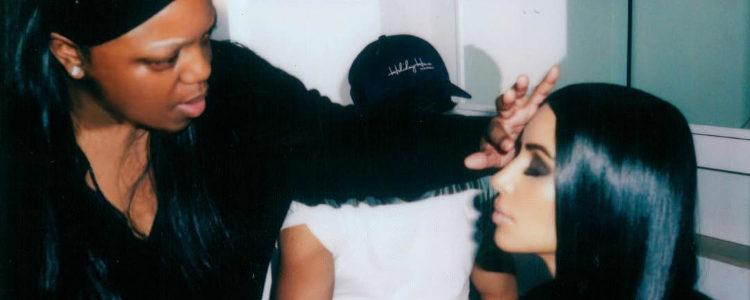 Pat McGrath maquillando a Kim Kardashian con las sombras de 'Dark Star 006'