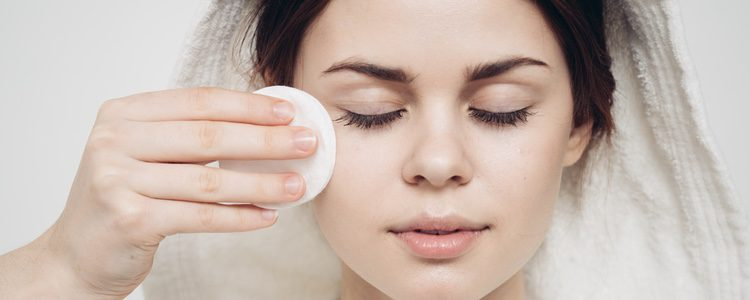 Tanto hombres como mujeres pueden usar maquillaje para ocultar las ojeras