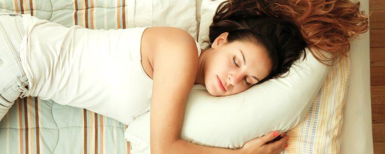 El dormir poco o el estrés pueden ser los causantes de que aparezcan sombras oscuras bajo los ojos