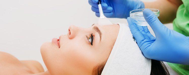 Antes de comenzar cualquier peeling primero hay que limpiar y desengrasar el rostro con productos especiales para ello