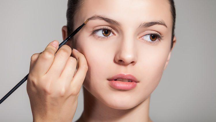 Para conseguir una mirada rompedora, acompaña este maquillaje con sombras claras y vivas