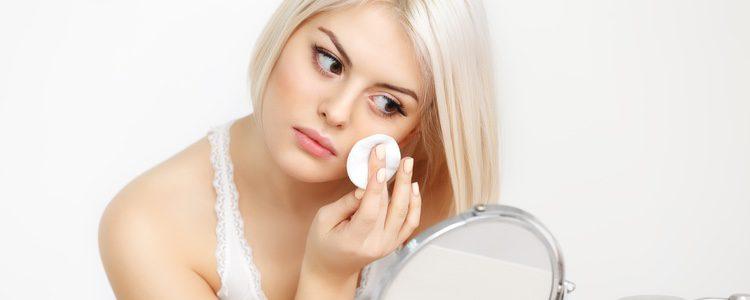 Es recomendable utilizar una base suave y coloretes rosas para acompañar a los ojos y labios coloridos