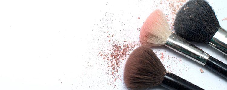 Habrá que ir probando distintos acabados para conseguir unas sombras glitter adecuadas a tus rasgos