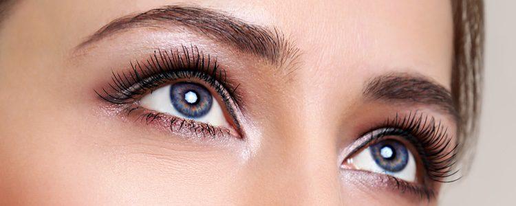 Lo ideal es lucir un maquillaje de ojos lo más sencillo y natural posible
